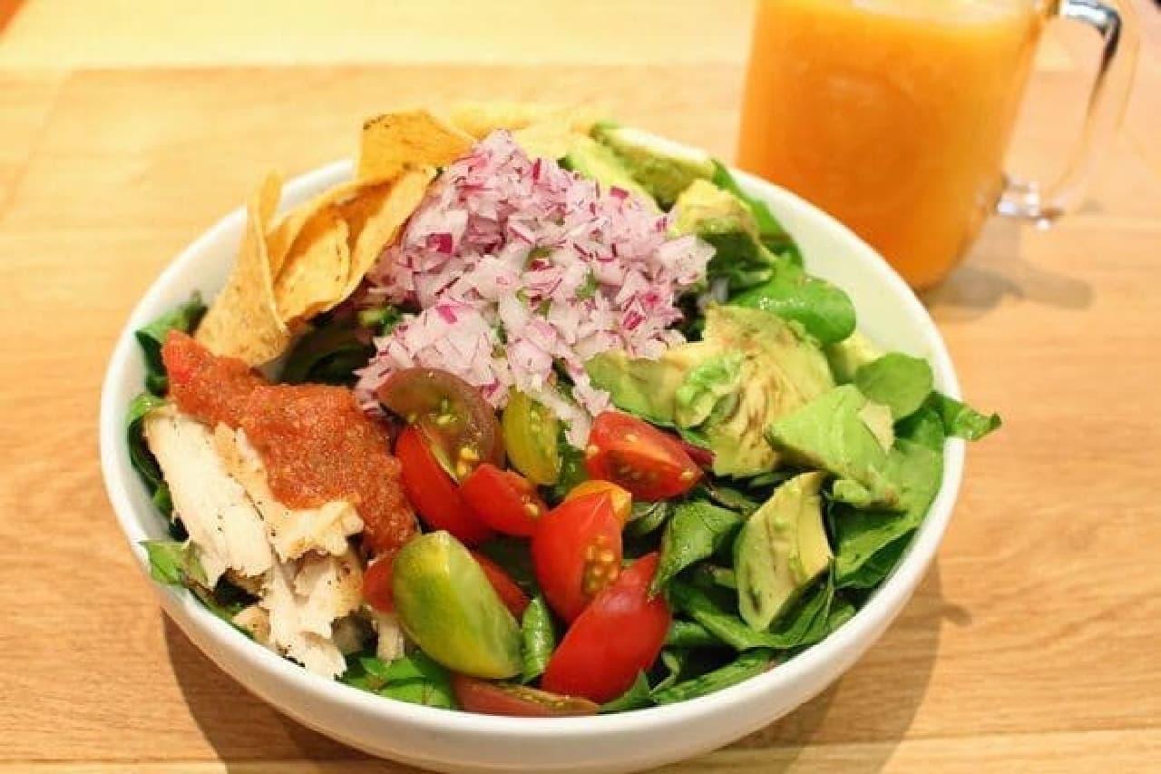 ▲ピリ辛「アボカドチキンのサラダ」 plateでついてくるベイクドポテトも人気