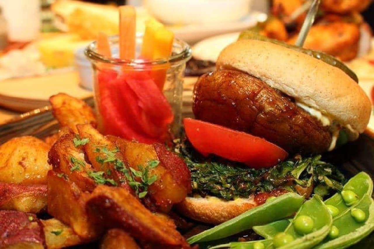 ▲「マッシュルームとケールのヴィーガンバーガー」  ガツンと食べ応えある味付けで満足感たっぷり