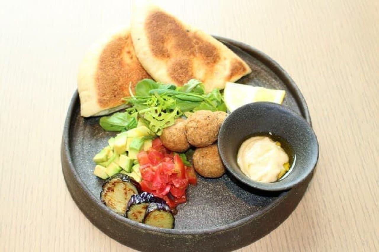 「10種類の野菜のファラフェルサンド」  ファラフェルはひよこ豆でつくった団子のこと