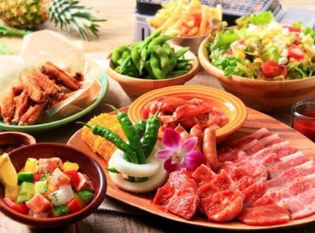 テリヤキチキンやコブサラダが味わえる「ハワイアンBBQセット」