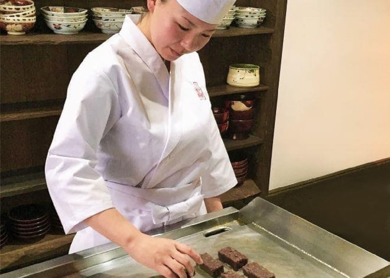 女性菓子職人の江口 綾さんが丁寧にきんつばを焼き上げていく