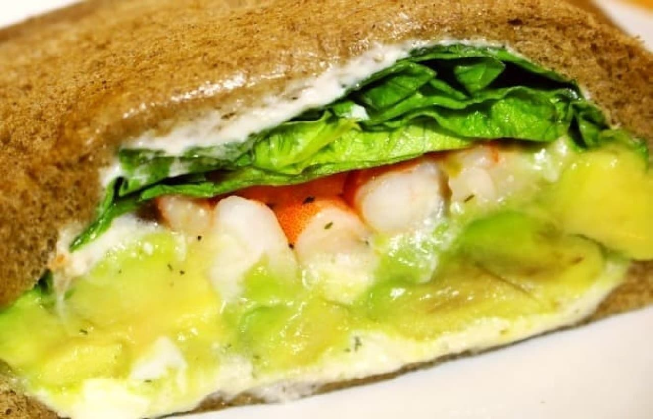 エビとアボカドがぎっしり詰まった贅沢サンドイッチ