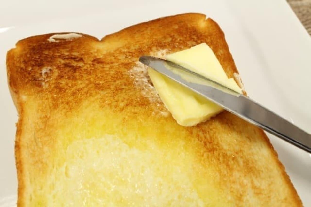カリッと焼けた部分にもバターを塗ります