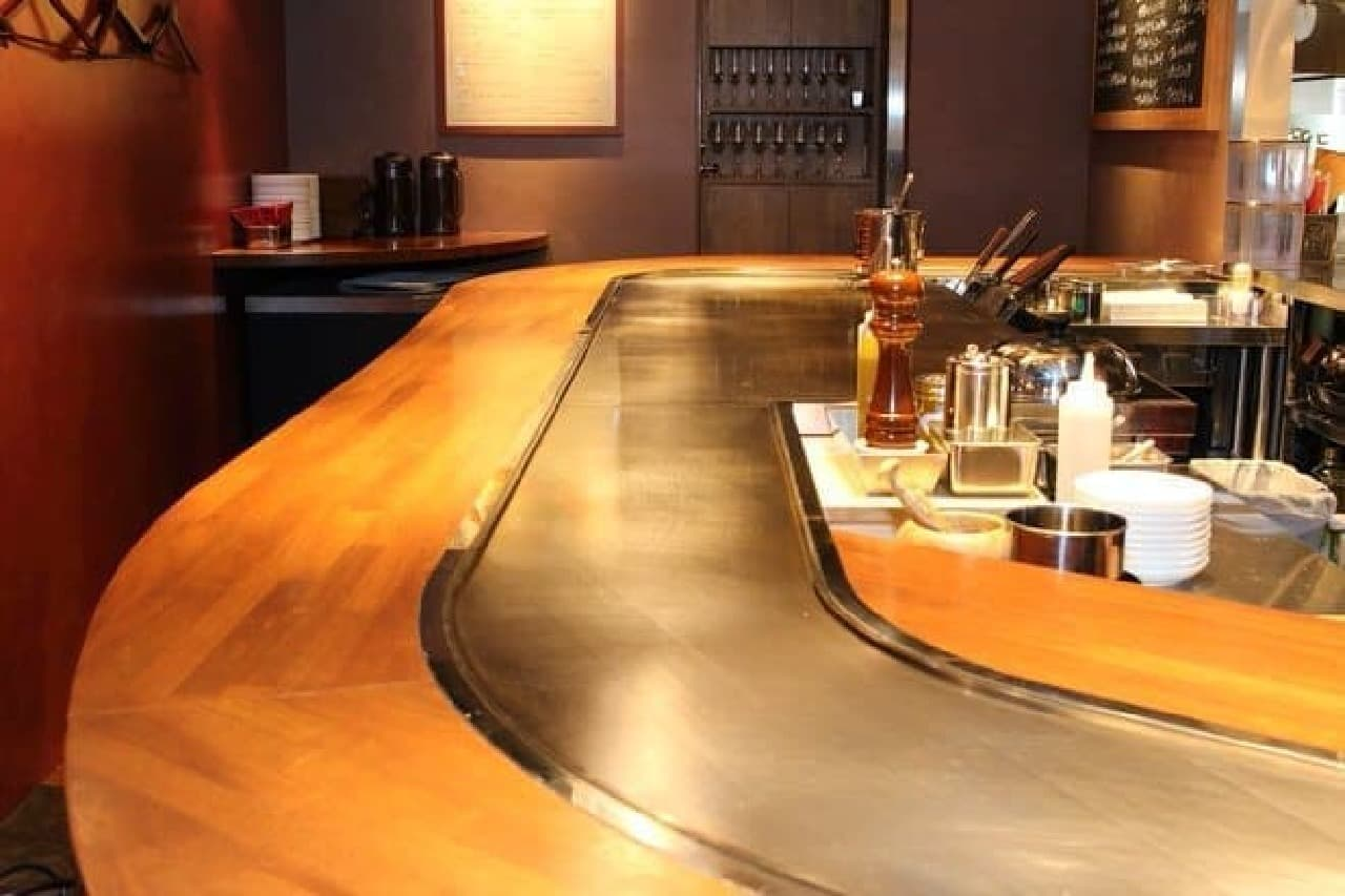 中央付近の広い鉄板は調理スペース