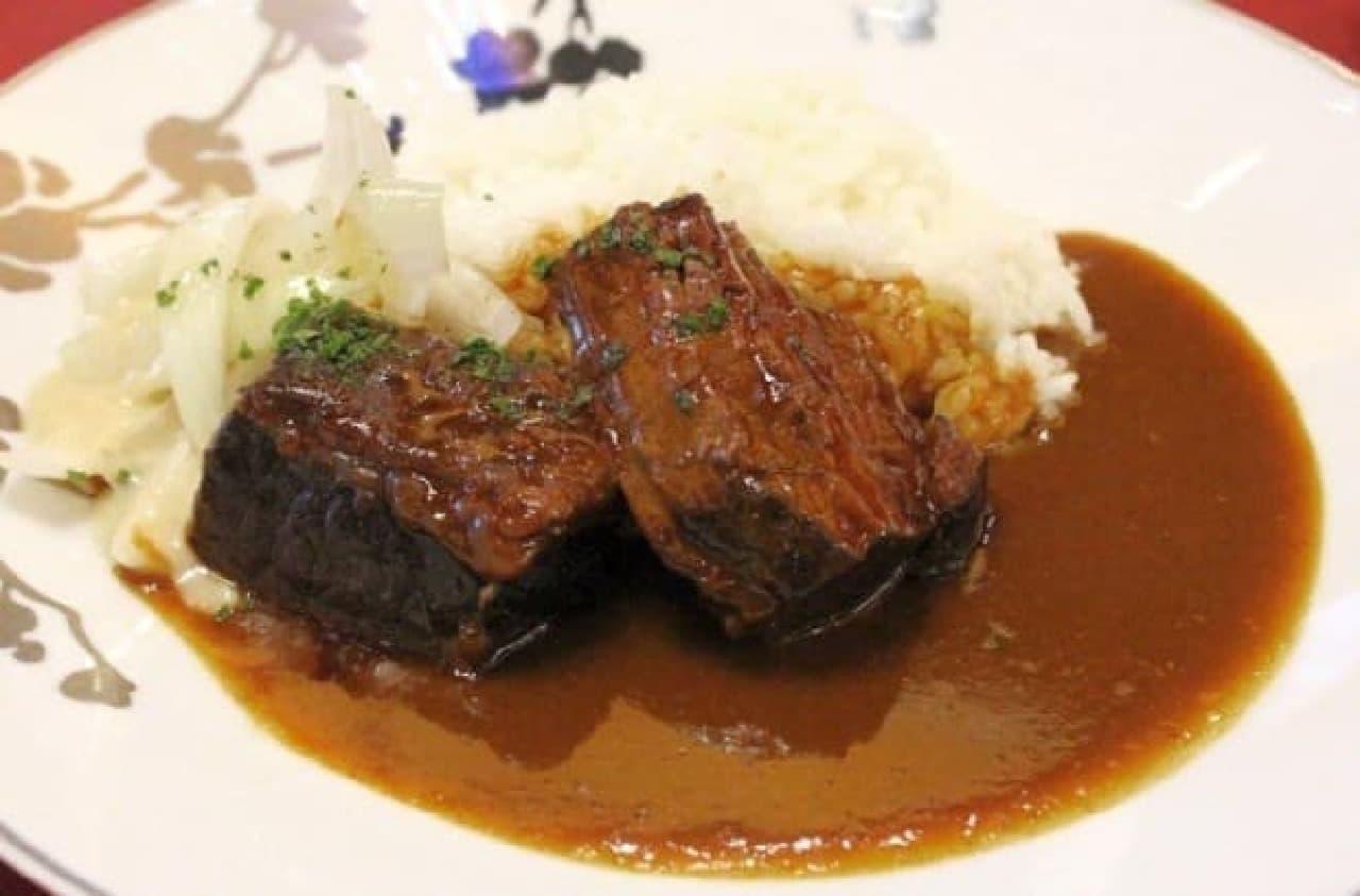 過去にシェ・イノで提供された「牛の煮込み添え ビーフカレー」  (出典:東京グランメゾンチャリティカレー公式Facebook)