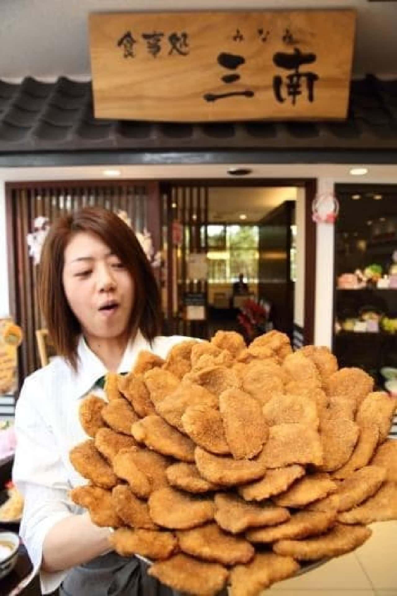 ギガサイズのソースカツ丼  どうやってのせてるの…?