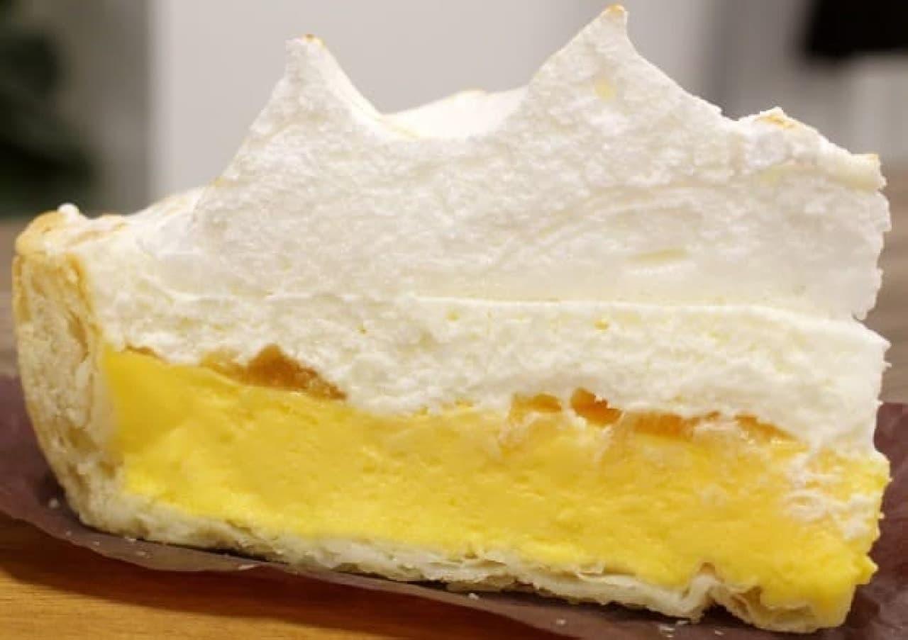横から見たレモンクリームパイ