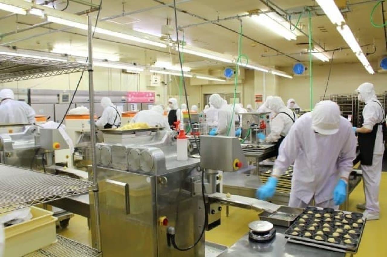 花畑牧場十勝第一工場内で、ローソン「ピュアチーズタルト」をつくるようす