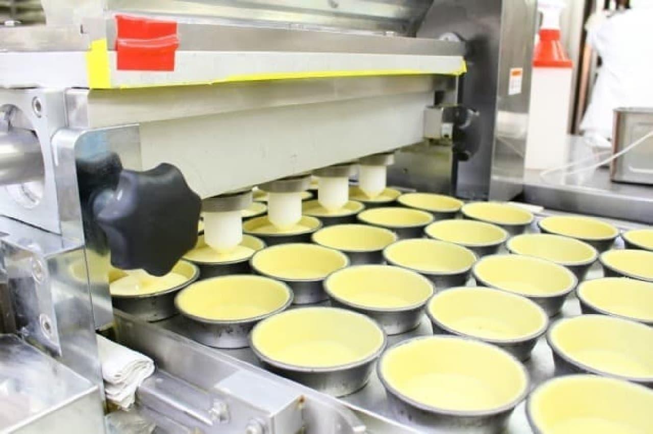 花畑牧場十勝第一工場、ローソン「ピュアチーズタルト」をつくるようす
