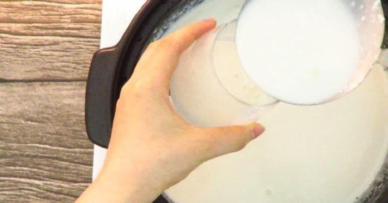 ババロア液を容器に移す工程