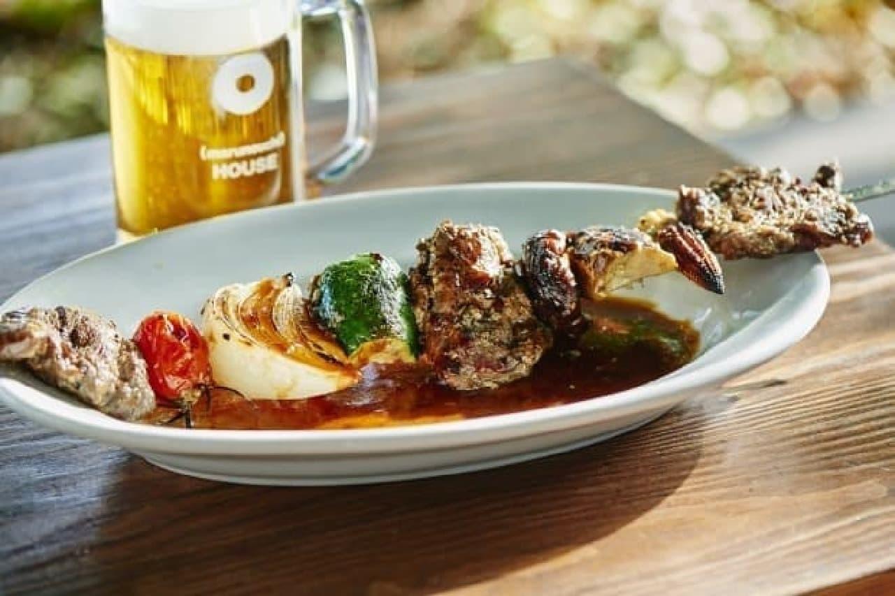 ビールと、肉と野菜の串焼き