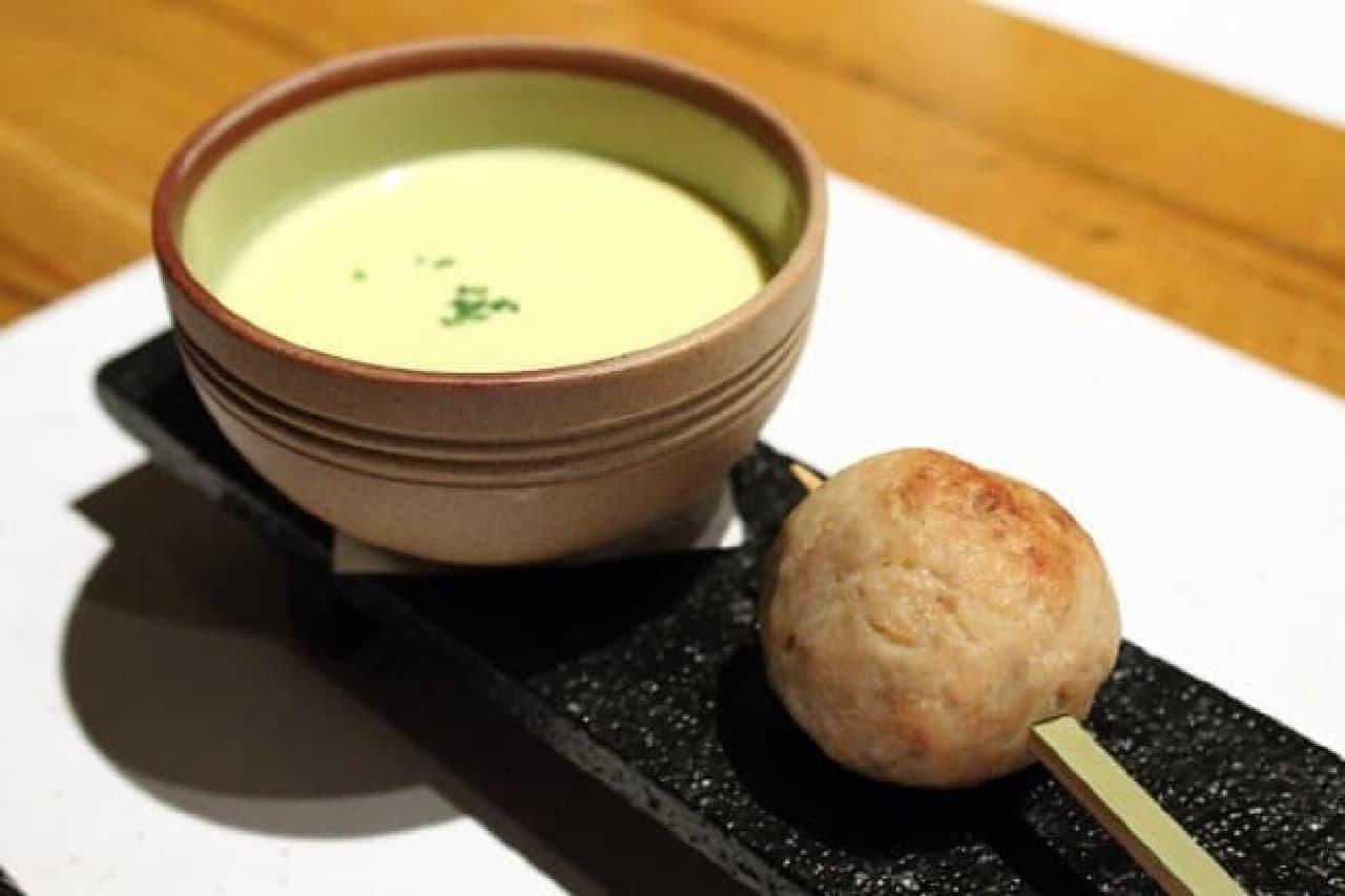 神楽坂鳥半、フレンチ串と雉しゃぶコースの、冷たいコーンスープとつくねの取り合わせ