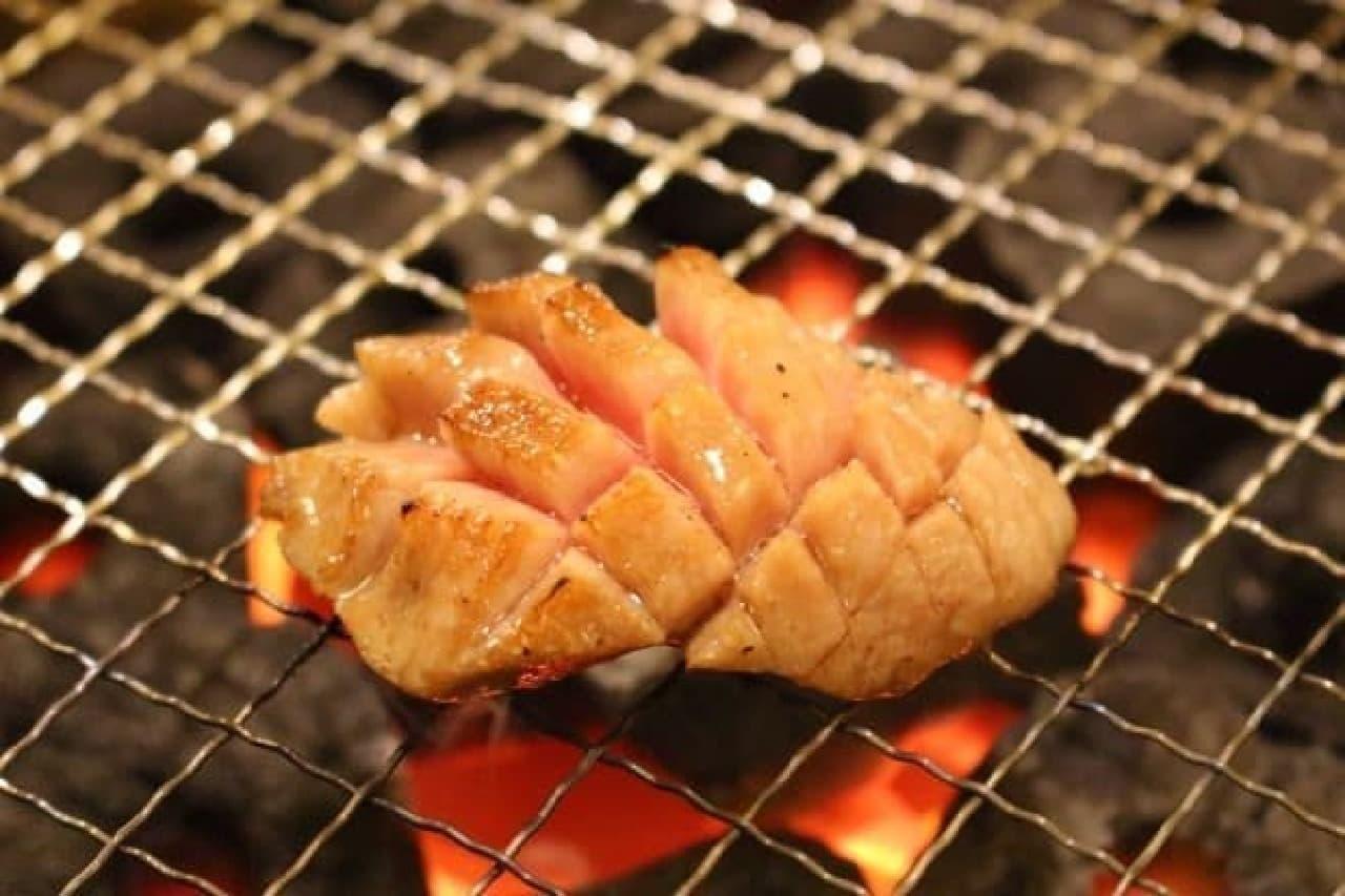 GEMS神田「肉の匠 将泰庵」の花咲きタン塩を焼いているところ