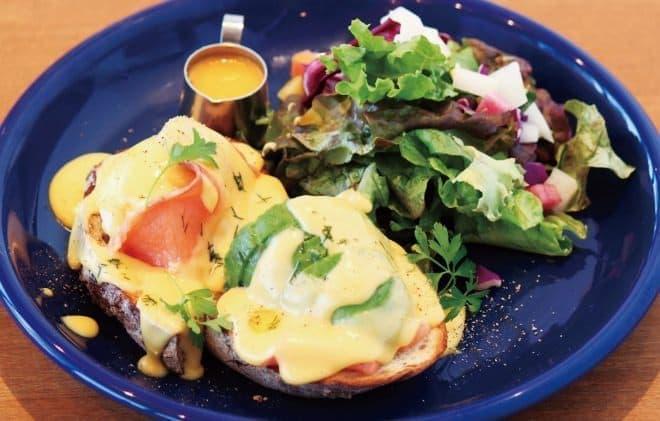 セイチーズカフェ「サーモンとアボカドのエッグベネディクト」
