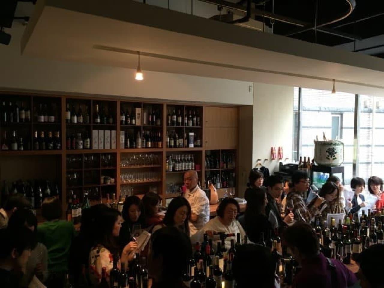 The Winery Tokyo のスパークリングワイン100種試飲イベントのようす