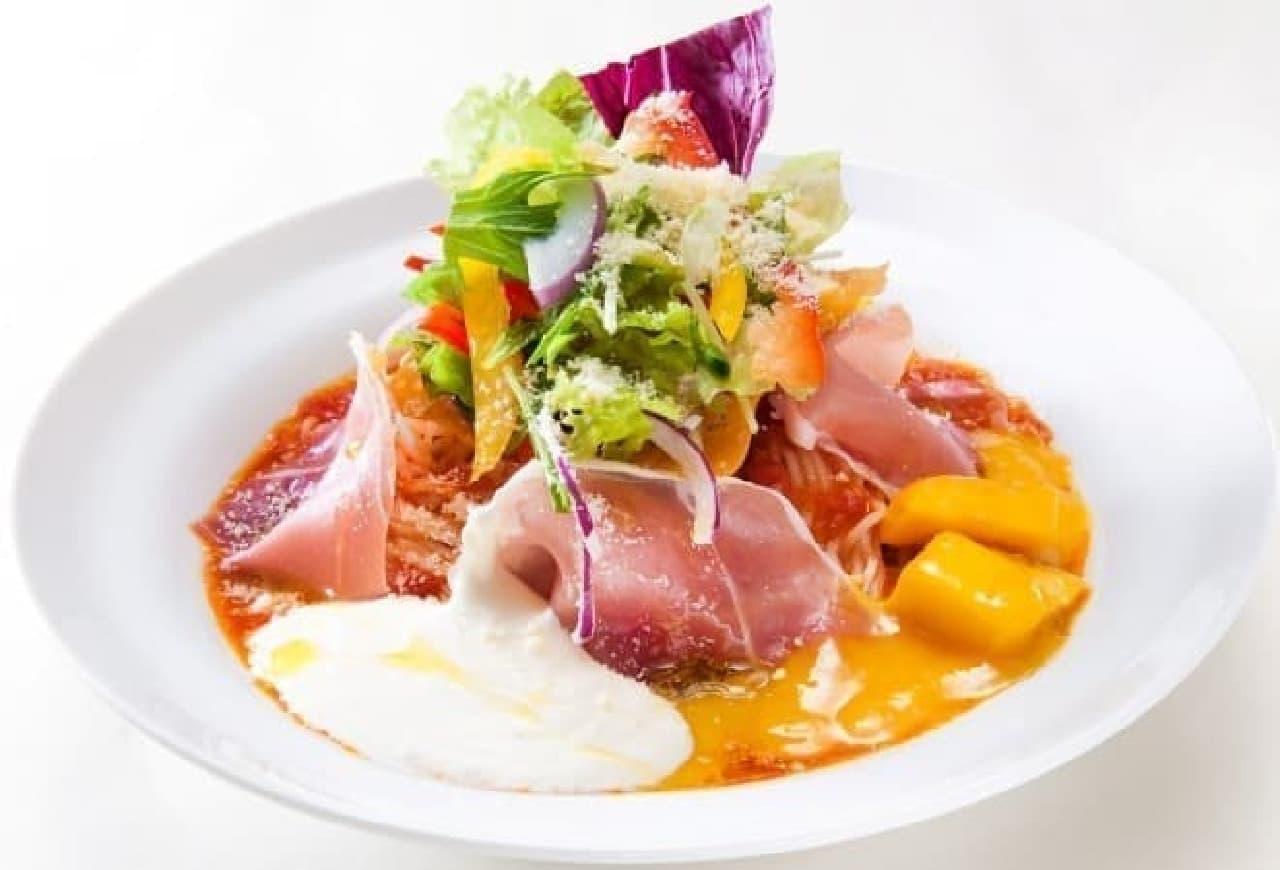太陽のトマト麺「マンゴーと生ハムのマスカルポーネトマト冷麺」