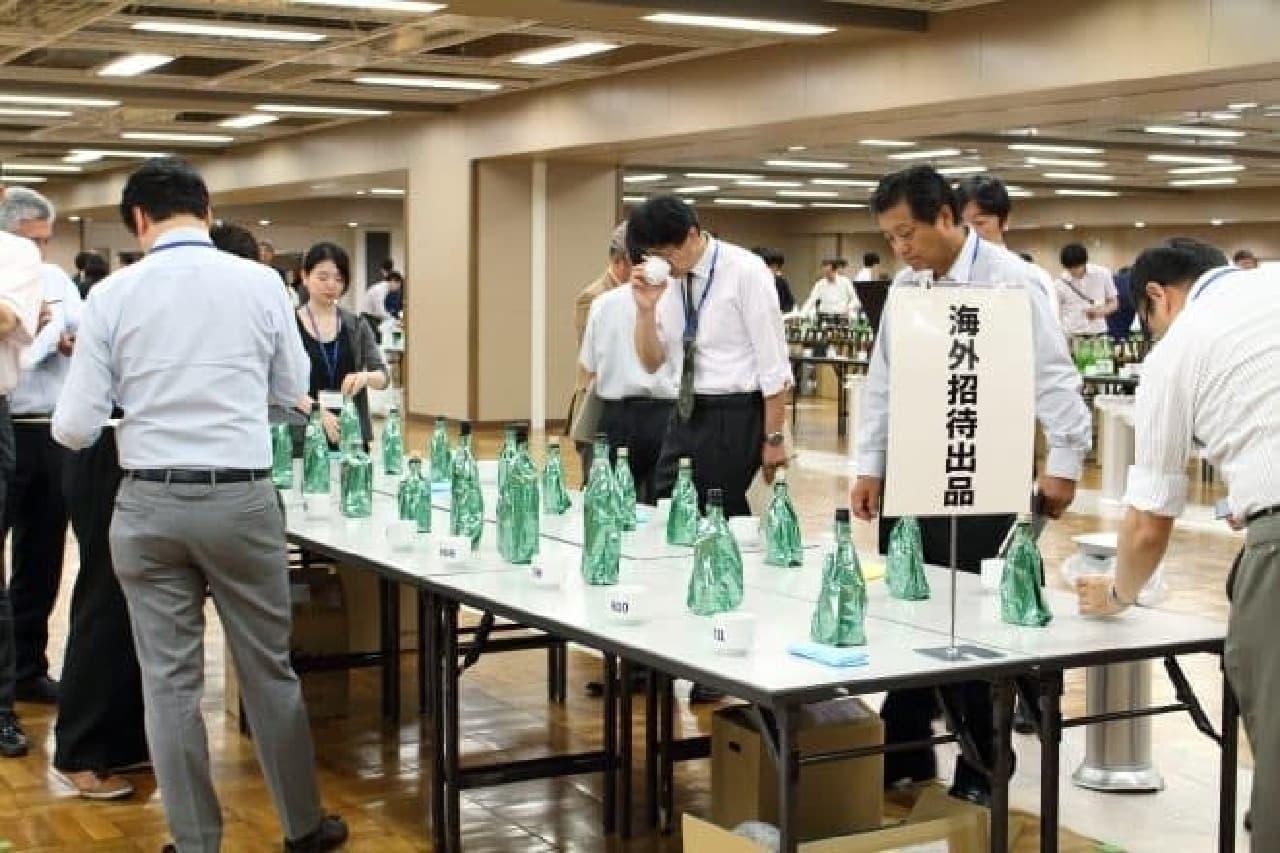 サケコンペティション2016、海外蔵出品酒を利き酒するようす