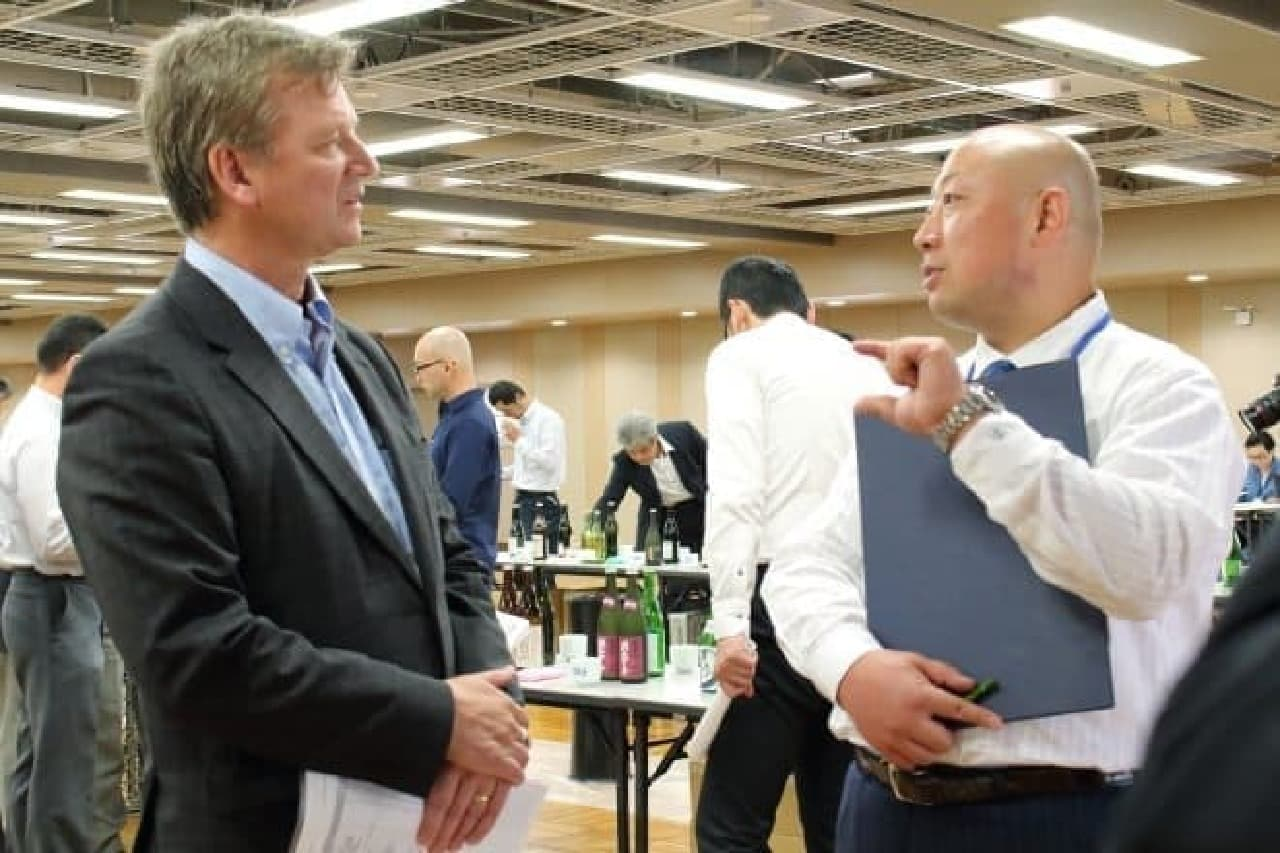 サケコンペティション審査会で話す、Ken Valvur氏と新澤氏
