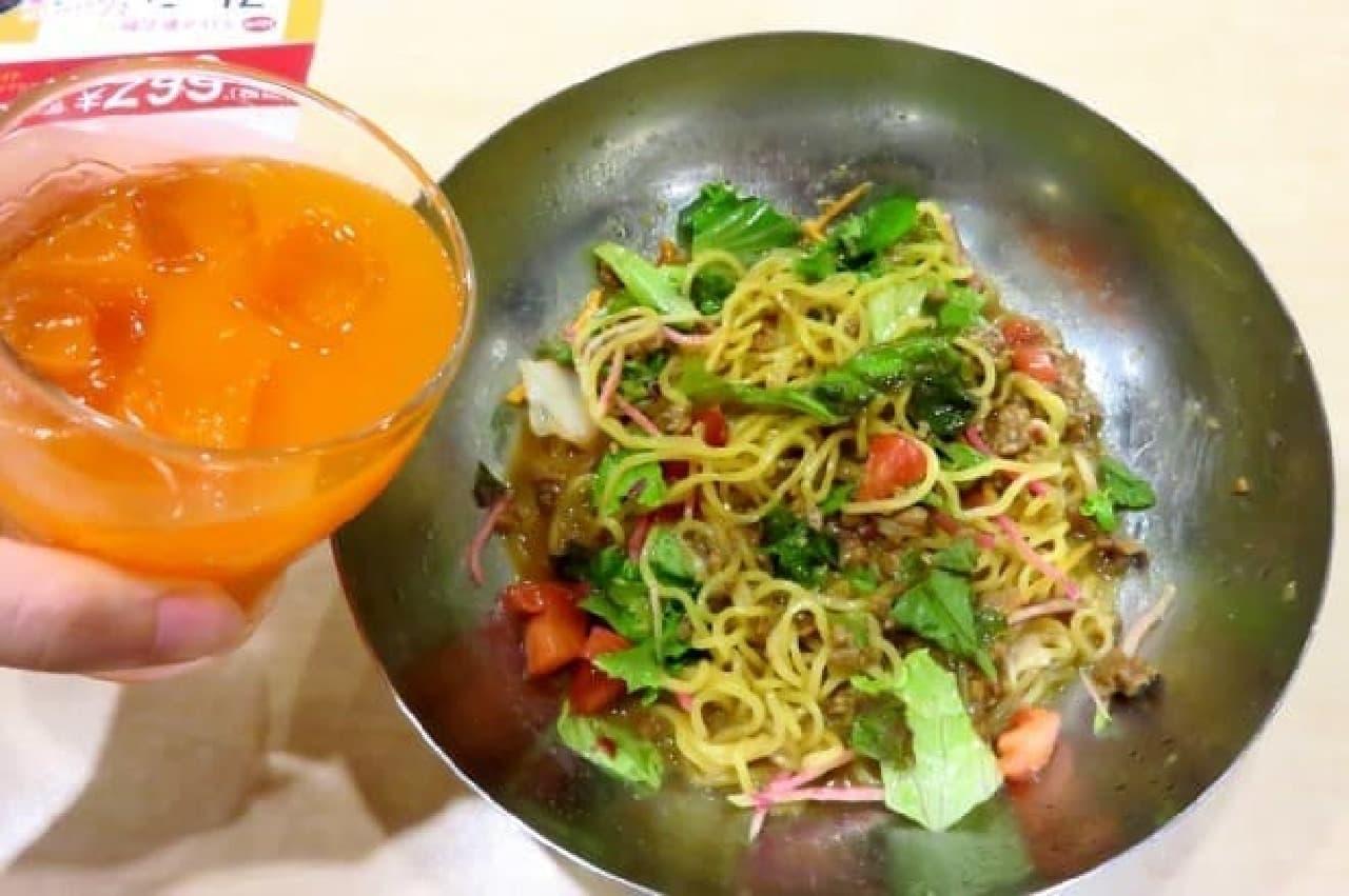 ガスト、冷やしサラダタンタン麺に野菜ジュースを入れるところ
