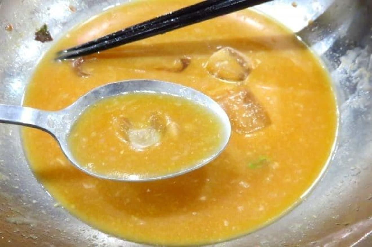 ガスト、冷やしサラダタンタン麺に野菜ジュースを加えたスープ