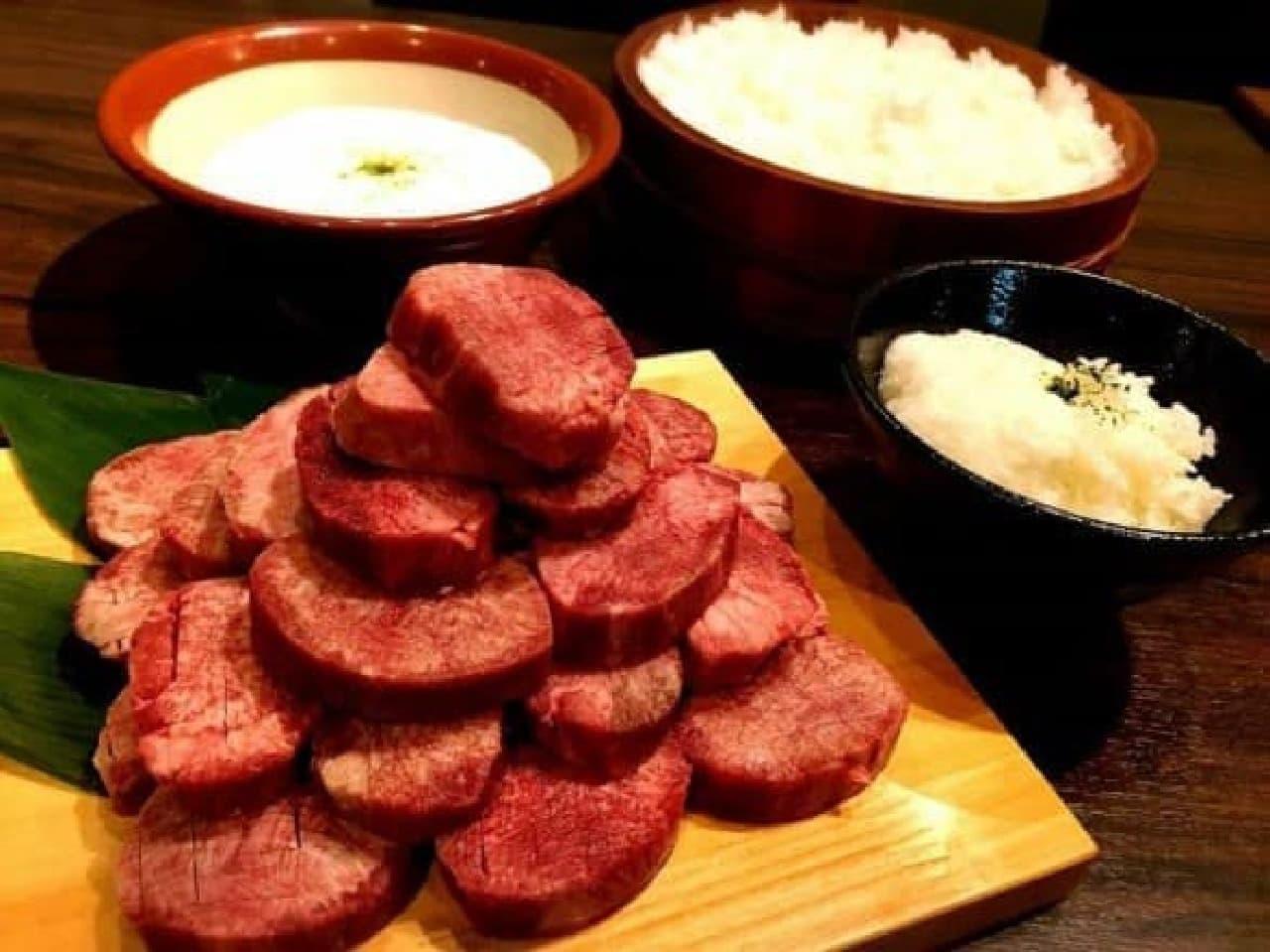 牛角「1日3食焼肉体験ツアー」の朝食で提供される「牛タン+とろろ飯」