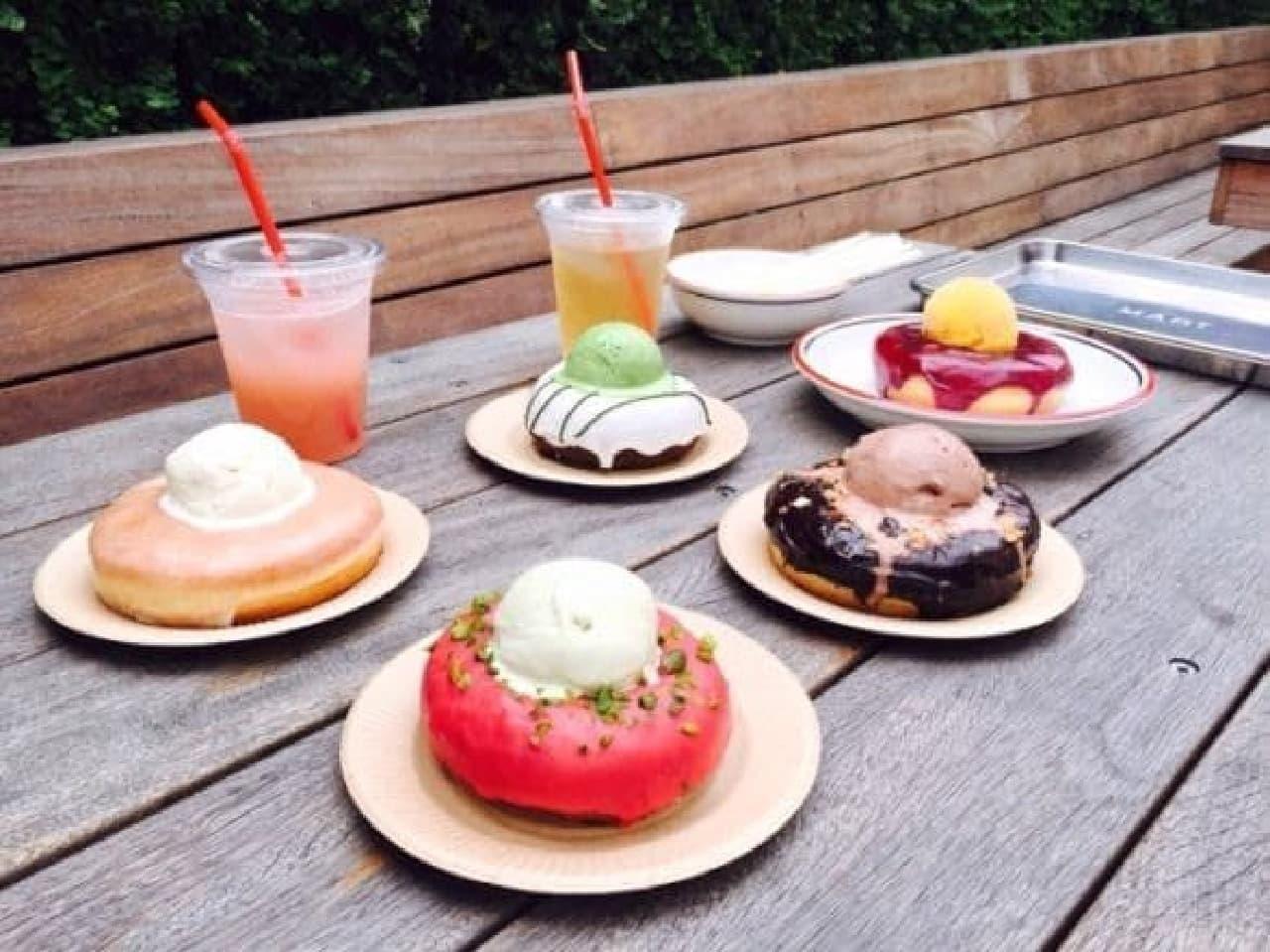 カムデンズブルースタードーナツとハンデルスベーゲンがコラボした、オリジナルのアイスクリームドーナツ