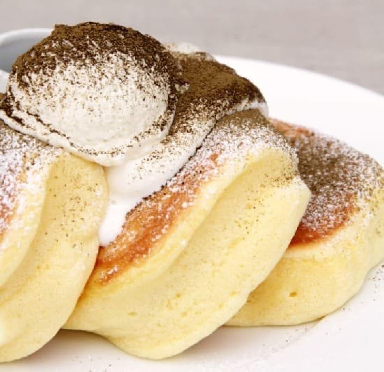 幸せのパンケーキ「焙じ茶ティラミスパンケーキ 黒蜜添え」