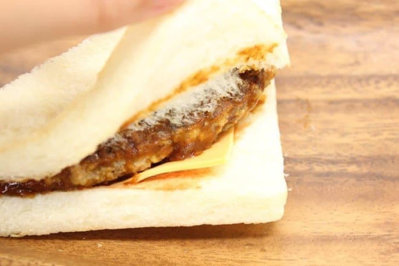 セブン「ホットサンドデミチーズハンバーグ」