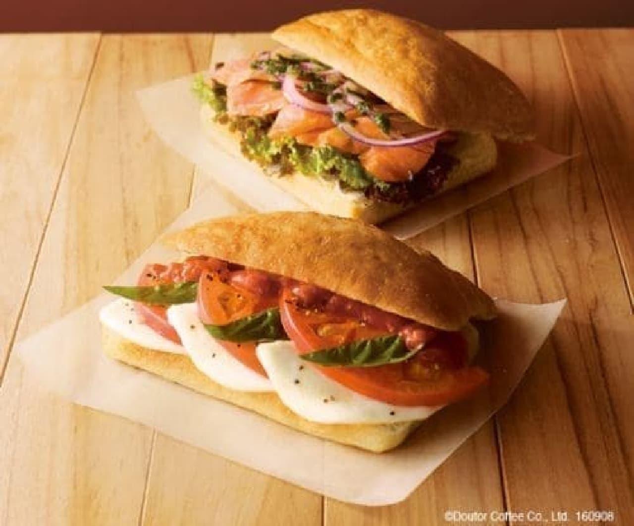 エクセルシオールカフェのパニーニ「サーモンバジル&クリームチーズ」「カプレーゼ」