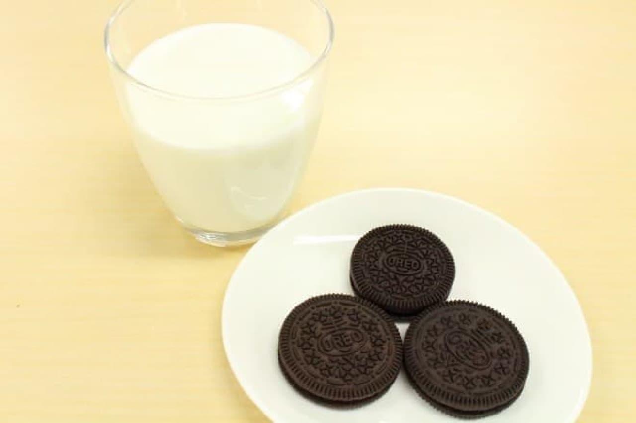 台湾と日本のオレオを食べ比べ、ミルクにディップ