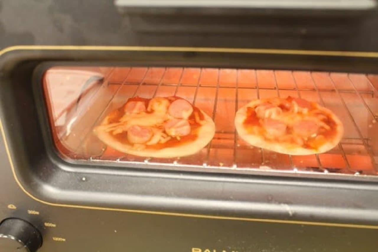 手のひらピザの生地と餃子の皮のピザ
