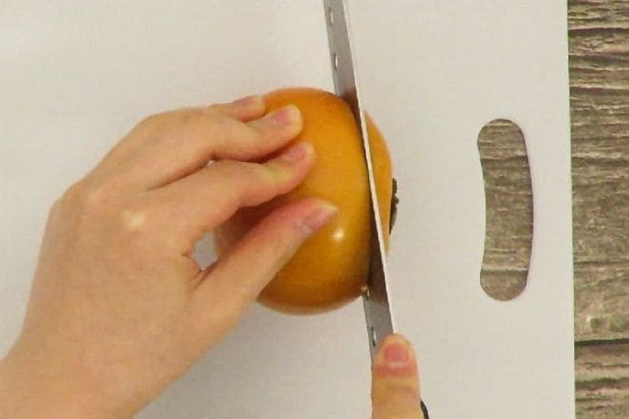 柿のへたを切るところ