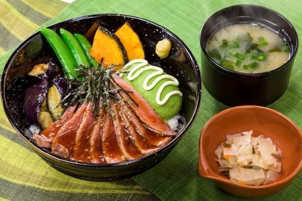 ガスト「フレッシュアボカドとやわらか牛赤身ステーキ丼(味噌汁・漬物付き)」