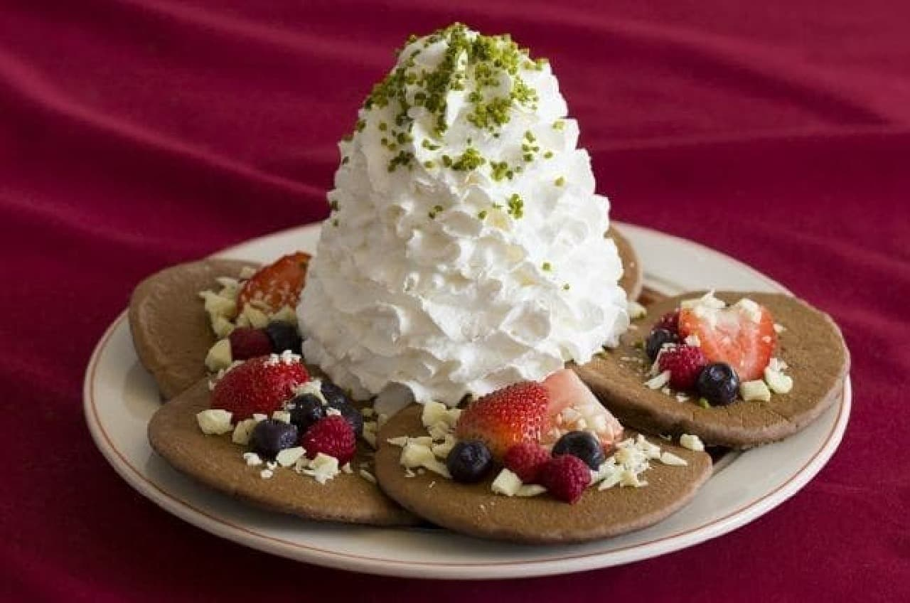 エッグスンシングス「ミックスベリーとホワイトチョコのココアパンケーキ」