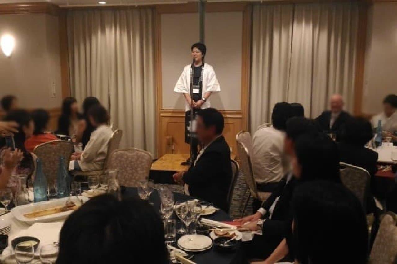 日本酒文化を楽しむ会で挨拶する、吉村常務