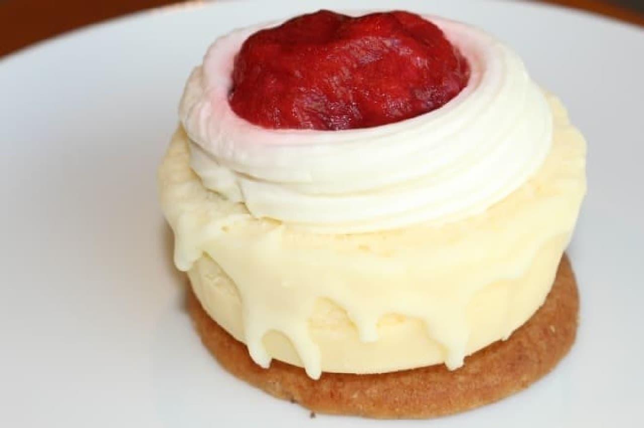 スターバックス「ストロベリー&クッキーチーズケーキ」