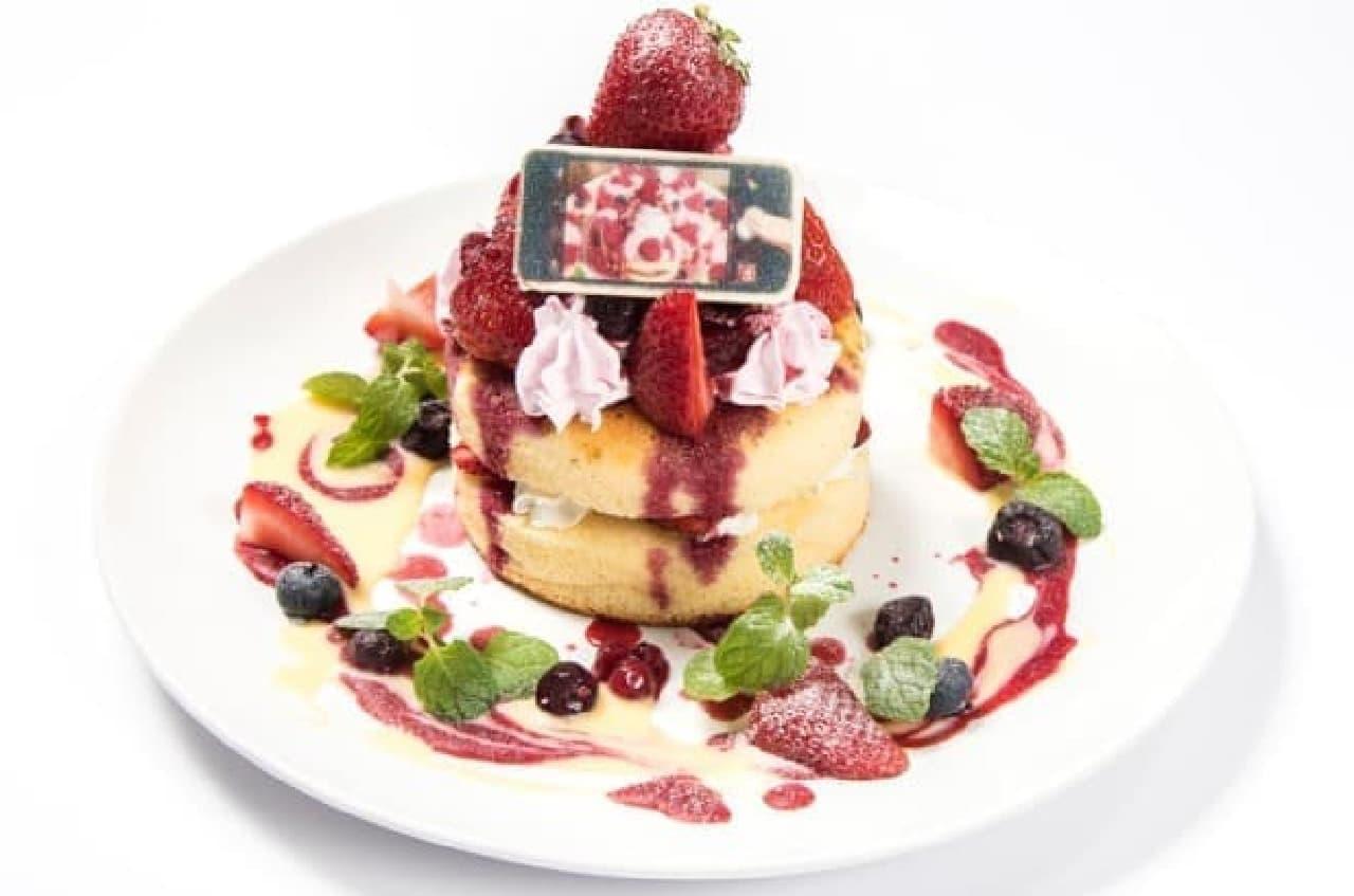 映画「君の名は。」コラボカフェ「瀧と入れ替わった三葉も思わず写真を撮りたくなったパンケーキ」