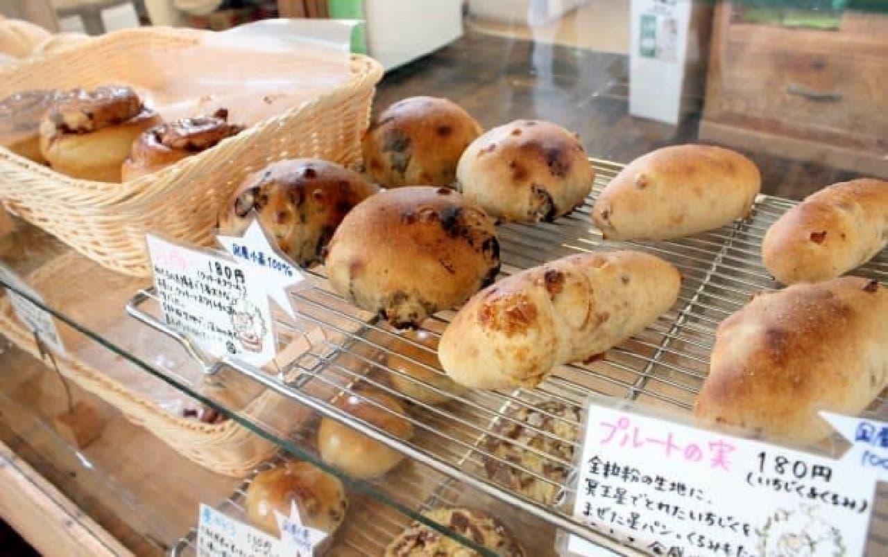 星パン屋の店頭に並ぶパンたち