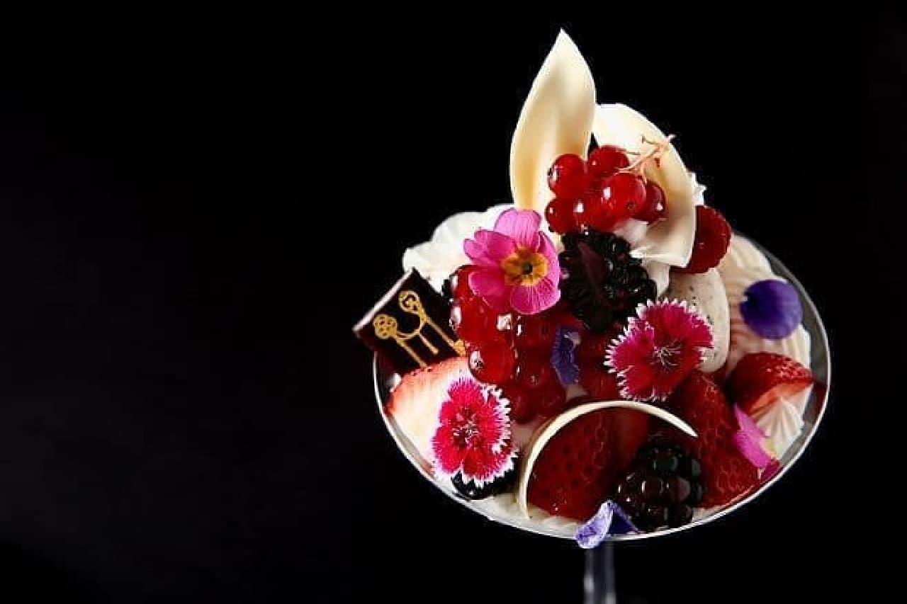 赤いベリーと加賀棒茶のビューティーパフェ