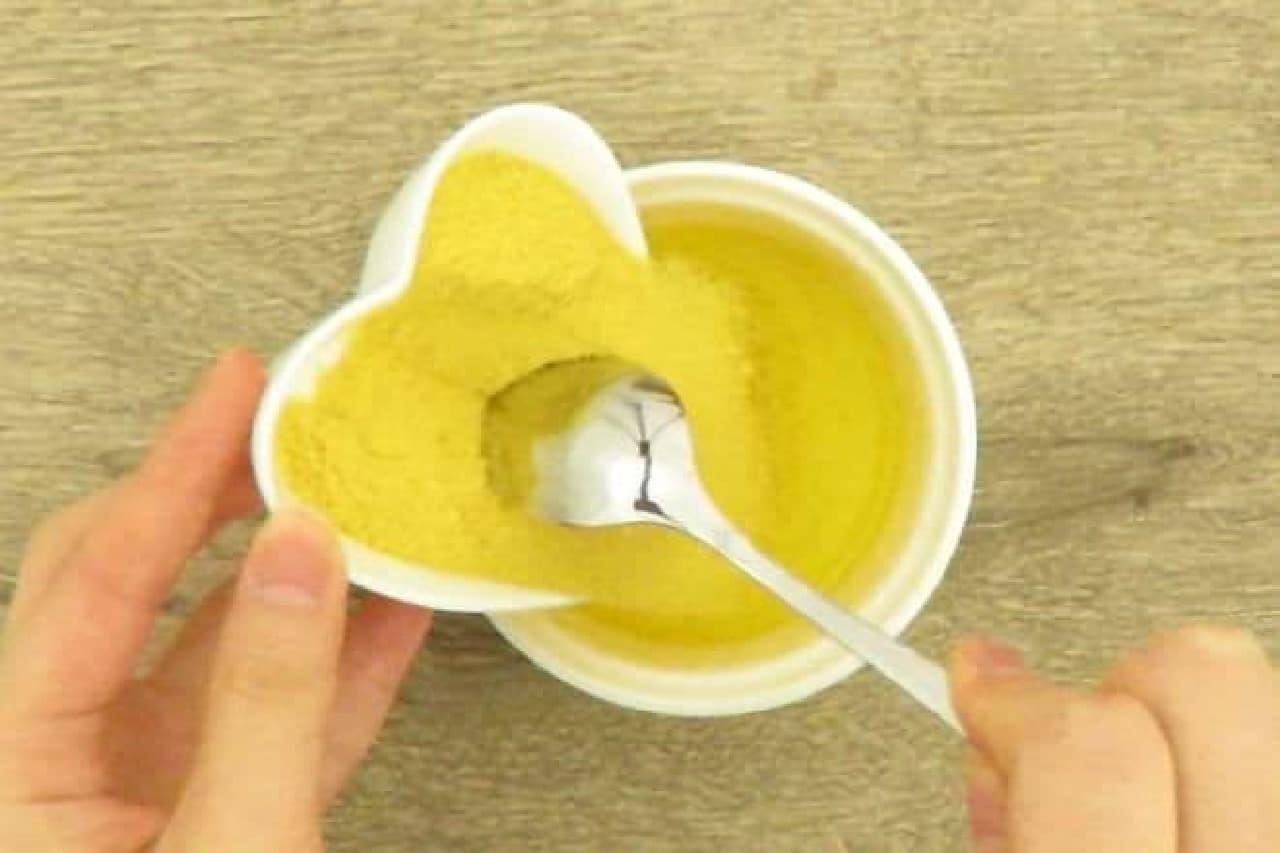 スープ粉末と溶かしたバターを混ぜるところ