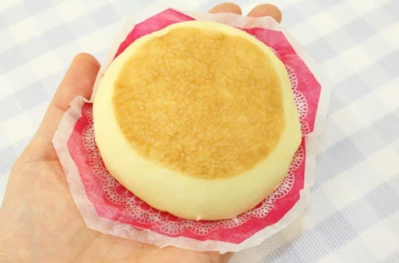 ファミリーマート「フロマージュまん(チーズケーキ風味)」