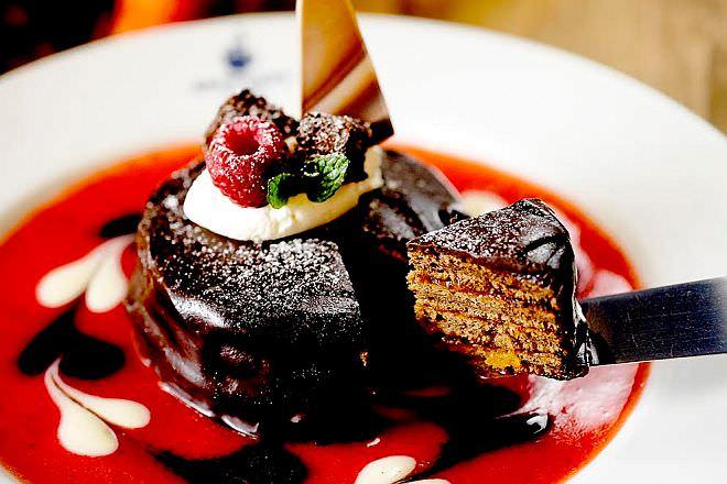 ブラザーズカフェ「生チョコと苺とあんずのザッハトルテパンケーキ」