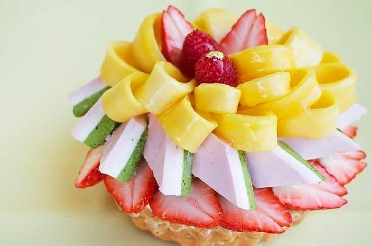 カフェコムサ「いちごとマンゴーと3色ムースのケーキ」