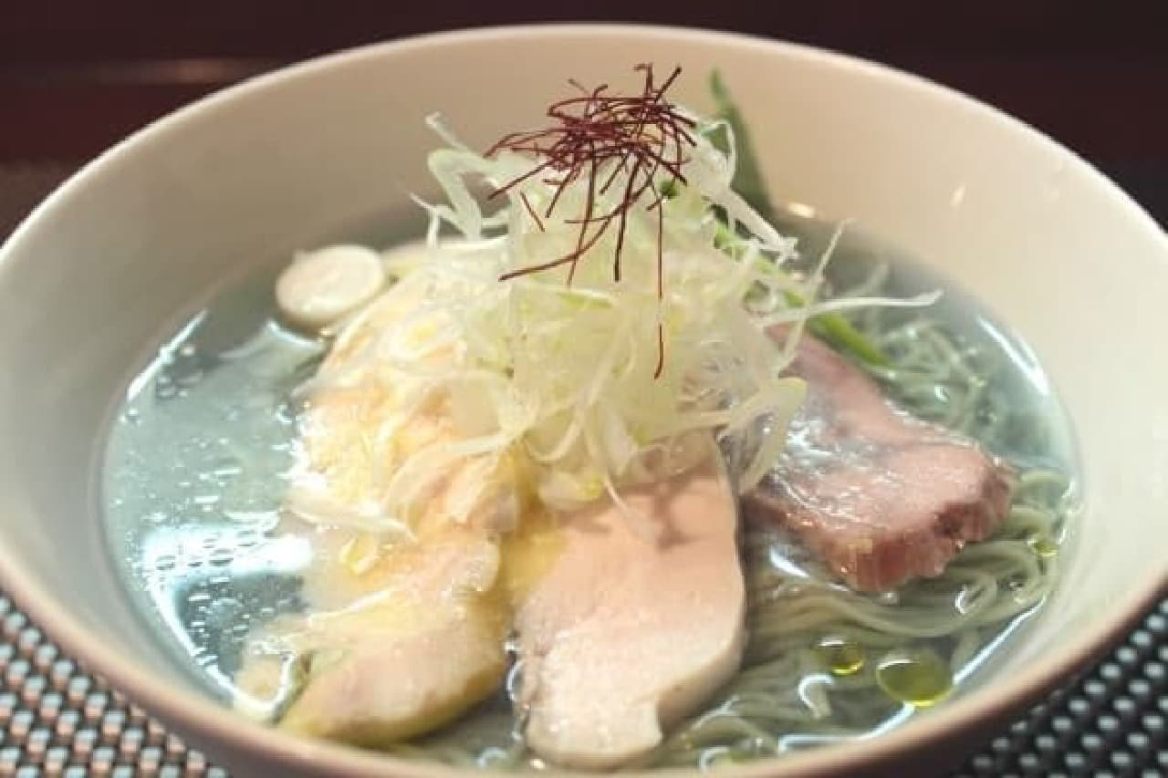 青いスープのラーメン