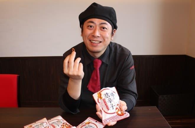 激辛商店街で「燃えよ唐辛子」を食べてもらった