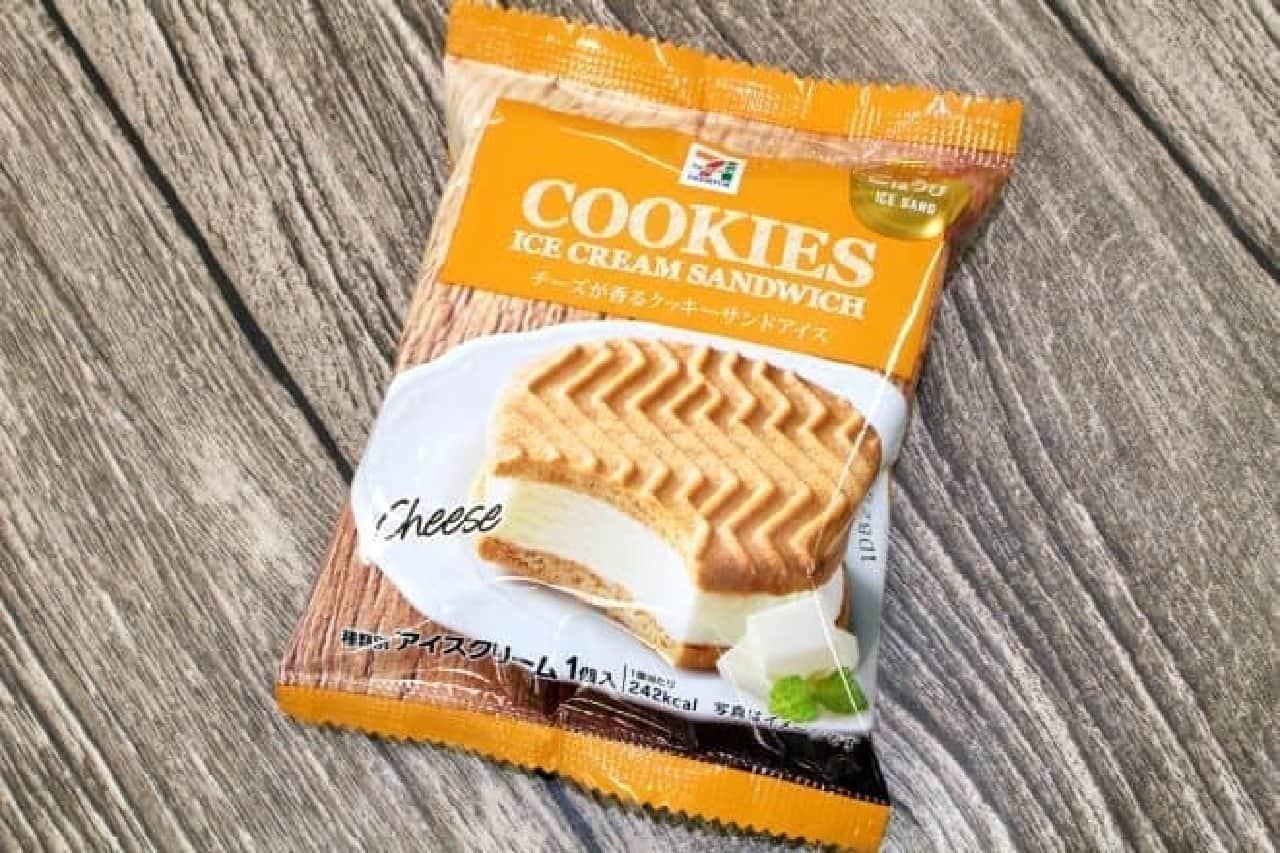 セブン-イレブン「セブンプレミアム チーズが香るクッキーサンドアイス」