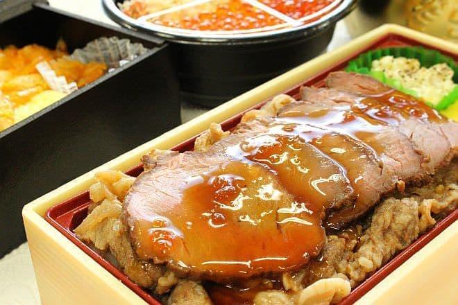 イトーヨーカドー「北海道肉敷き ローストビーフ弁当」