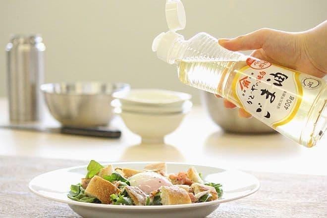 かどや製油の「純白ごま油」とシーザーサラダ