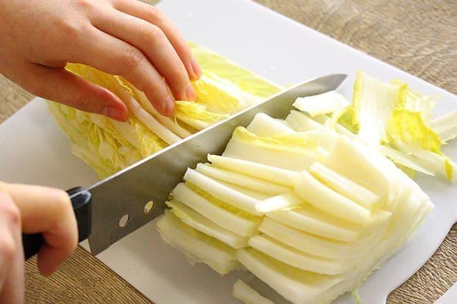 白菜をカットするところ