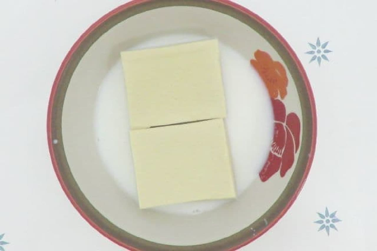 高野豆腐を温めた牛乳でもどすところ